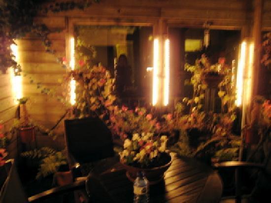 Suite 259: ライトアップされた花が一杯のテラス