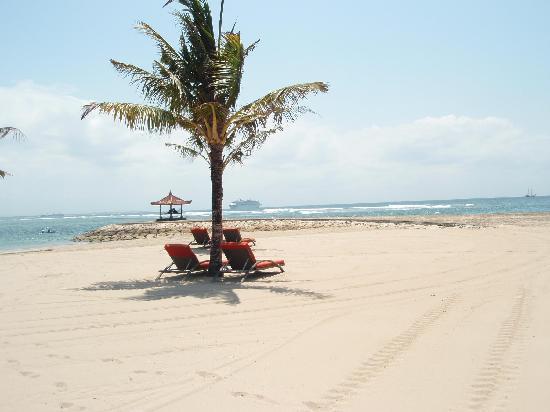 Club Med Bali: 早朝の大型客船です。いかに大きいかわかりますか?