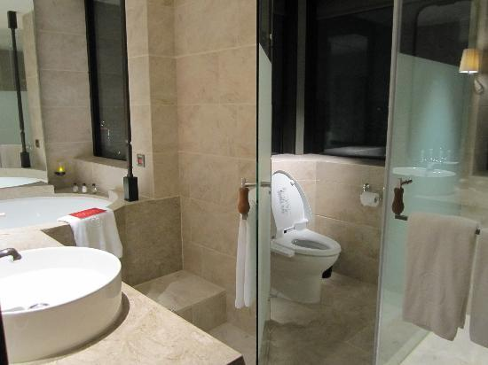 Palais de Chine Hotel: バスルーム:バスタブ、トイレ、シャワールーム