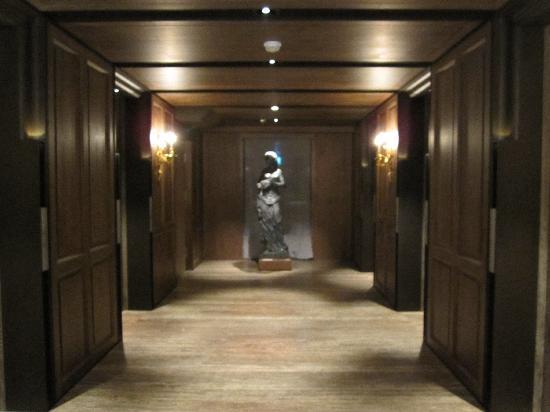 Palais de Chine Hotel: 廊下の像