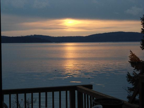 Two Coves Resort: Sunrise on the Gatehouse cabin deck