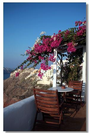 Art Maisons Luxury Santorini Hotels Aspaki & Oia Castle: Sweet personal table outside of room