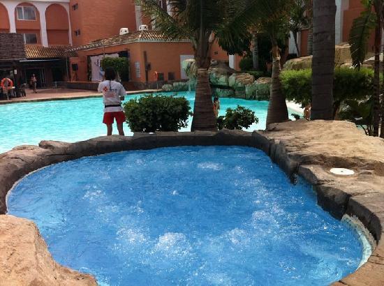 Jacuzzi exterior con piscina al aire libre de fondo for Jacuzzi piscina exterior
