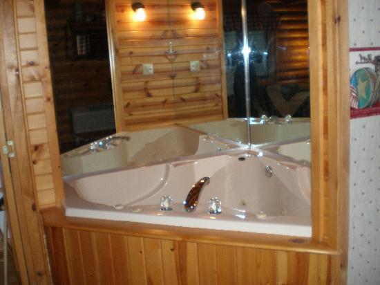 Cedar Lodge & Settlement: jacuzie fits two nice