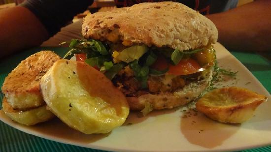 Lounge Brasil: Hamburguesa vegetariana servida no Lounge Café.