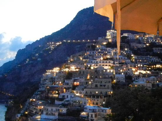 Positano, Italië: The city at night