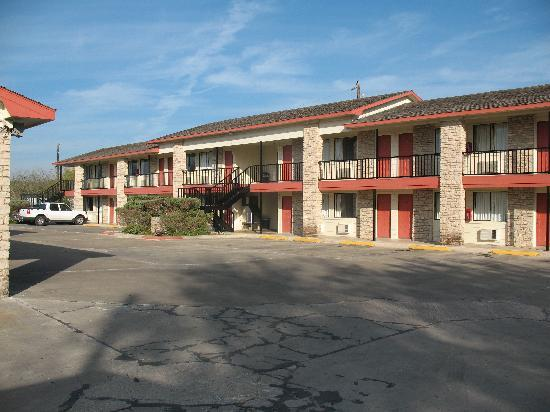 Hunter House Inn & Suites: motel rooms building