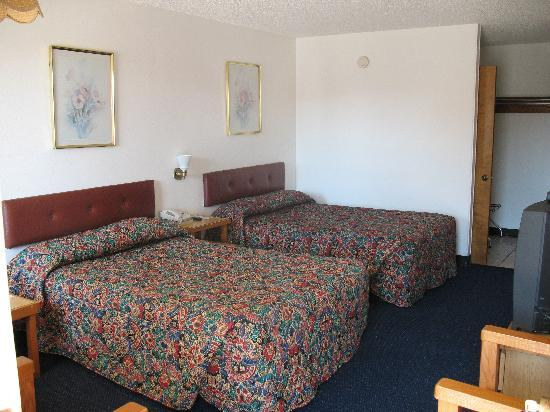 Hunter House Inn & Suites: Motel room