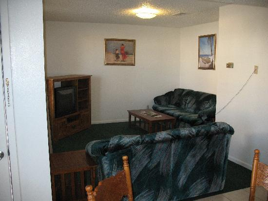 Hunter House Inn & Suites: Two bedroom suite living area