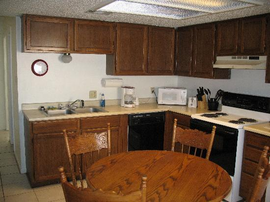 Hunter House Inn & Suites: Two bedroom suite kitchen area