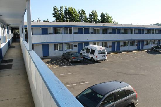 Grants Pass Travelodge: Outside View of the other rooms