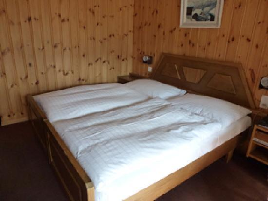 Carina Hotel: Comfy bed with feather comforter