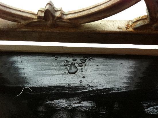 Hotel Ocean: Leaky window