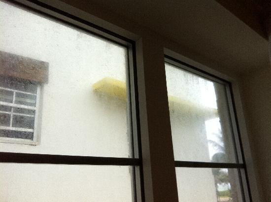 Hotel Ocean: Filthy windows