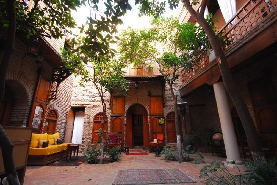 Riad Hidden : The beautiful courtyard and orange trees