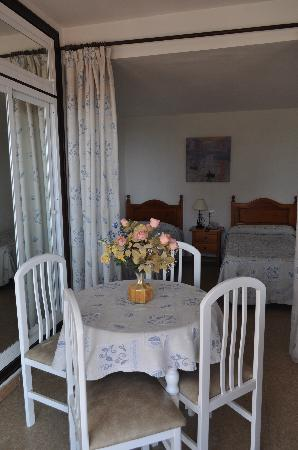 Apartamentos Mediterraneo : Eating area + wardrobe+beds