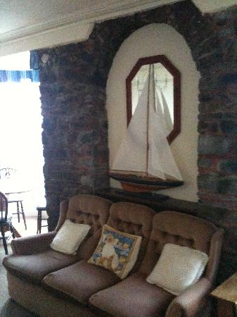 Pebble Beach Guest House: Residents lounge