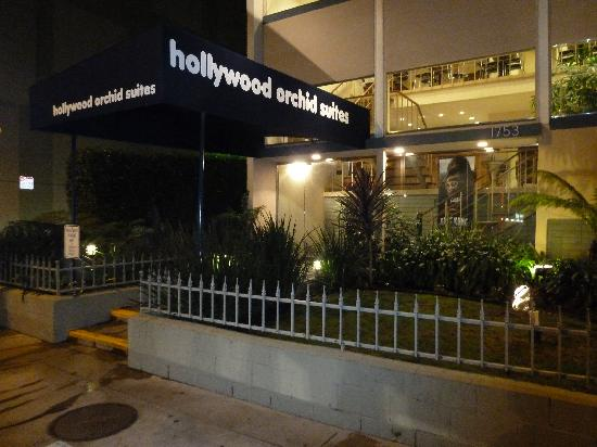 Hollywood Orchid Suites: From the front at night.