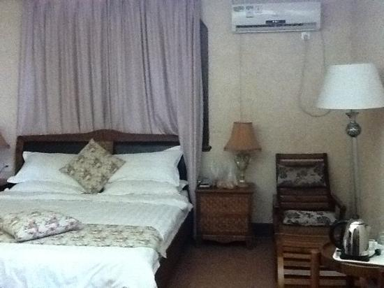 Huating Hotel Gulangyu Zhimeng: room 9202 with steam bath and round bath tub on 2nd fl
