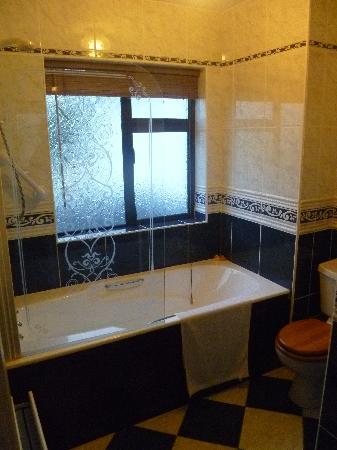 Aard Oakleigh: Bathroom