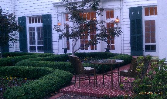 Duke Mansion Bed and Breakfast: Nice spots to lounge