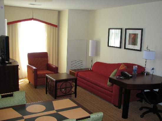 Residence Inn Charlotte Concord: Living area