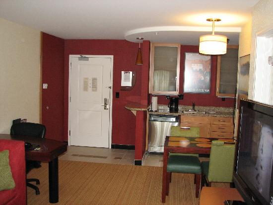 Residence Inn Charlotte Concord : Front door/Kitchen area