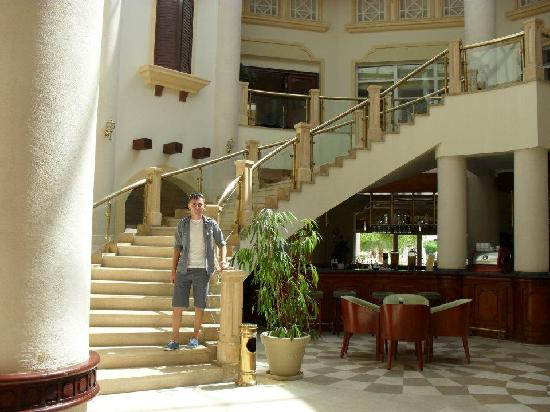 Tiran Island Hotel: lobby bar and stairs to restrant