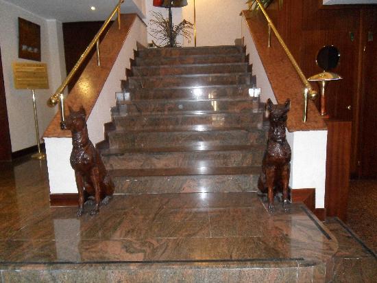 Hotel Bristol Milan: escalera al 1º piso