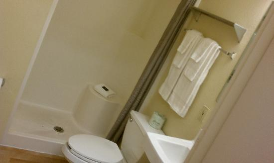 Crossland Economy Studios - Fresno - West : the restroom