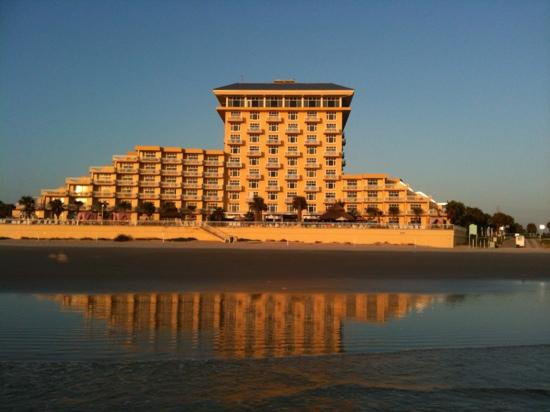 The Shores Resort & Spa: Low tide view at sunrise.