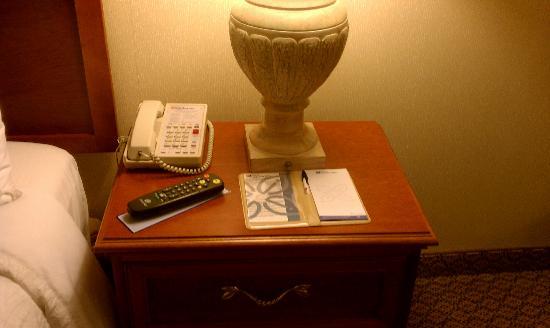 Hilton Garden Inn Calabasas: Side Table