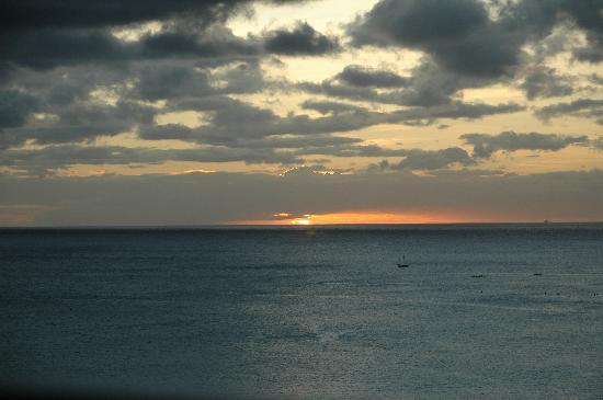 Aston Waikiki Beach Hotel : Sunset from our room