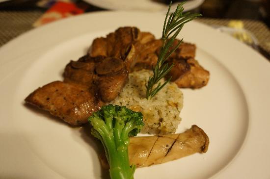 Shangrila Hanging Garden Resort: 晚上的主菜-豬肋排