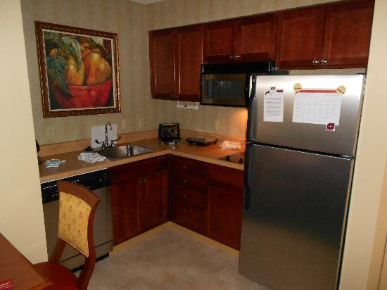 Residence Inn Joplin: Kitchen area