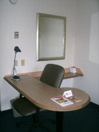 Red Roof Inn Chicago   Northbrook / Deerfield: Nice Desk Area With Cool Lamp