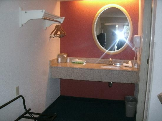 Red Roof Inn Chicago   Northbrook / Deerfield: Not Enough Towel, But Ample  Space