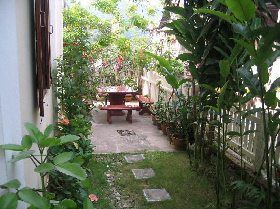 Ammata Guest House: Small garden
