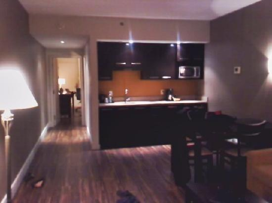Holiday Inn Montreal Airport: One bedroom suite.. Living room & kitchenette