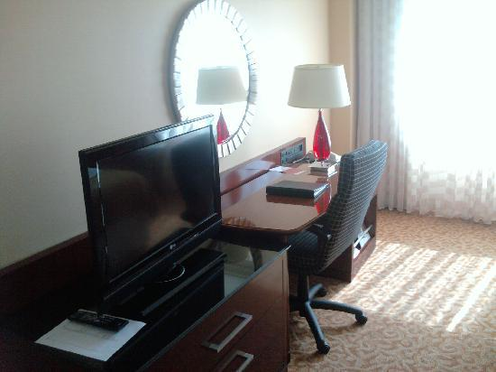 Chattanooga Marriott Downtown: TV/Desk Area
