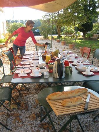 La Ferme de Gigognan : breakfast in the garden