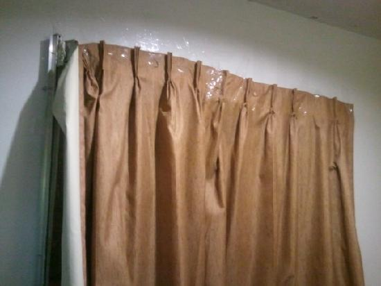 Fairview Inn: Had to tape up our own curtain