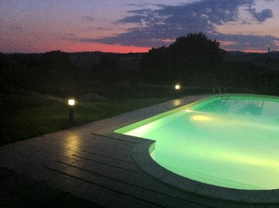Agriturismo I Gretacci: piscina al tramonto