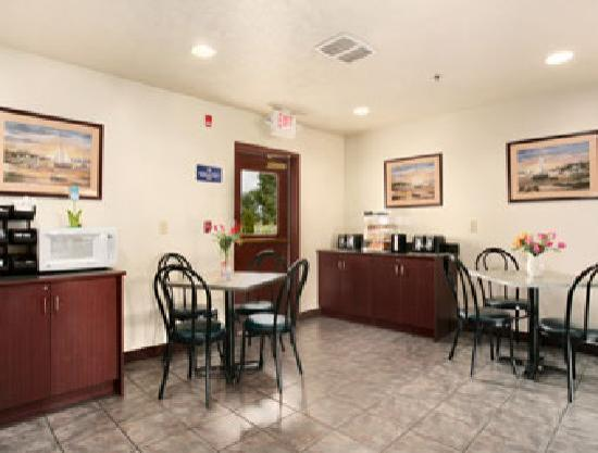 Microtel Inn & Suites by Wyndham Holland: Breakfast Area