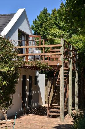 4 Heaven Guesthouse: Terasse und Zugang zu unserem Zimmer