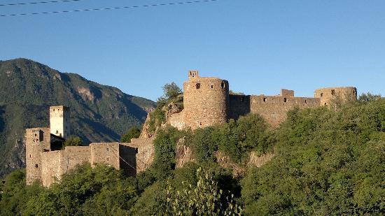 Bolzano, Italy: il castello visto dalla strada di accesso