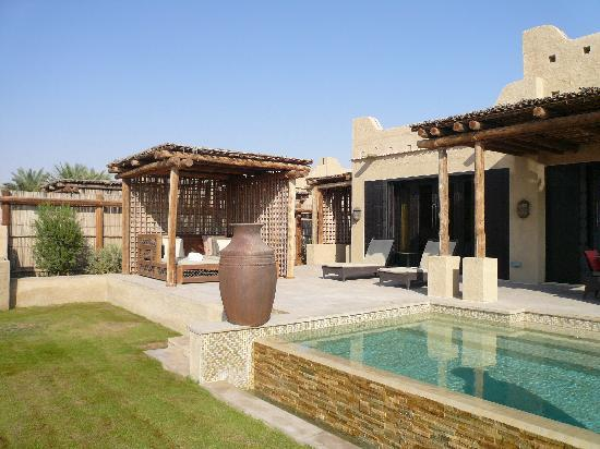 Qasr Al Sarab Desert Resort by Anantara : terrasse et piscine villa