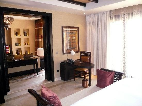 Qasr Al Sarab Desert Resort by Anantara : le salon vu de la chambre