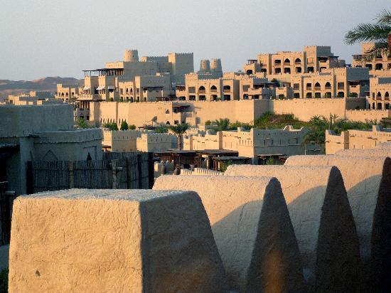 Qasr Al Sarab Desert Resort by Anantara: vue sur l'hôtel depuis notre jardin