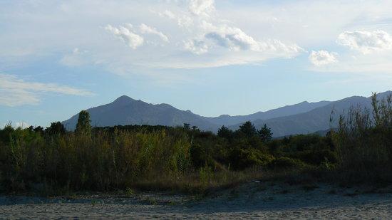 Residence Mare e Sole: Blick auf die Berge vom nahegelegenen Strand